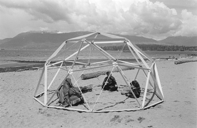 Geodesic dome construction on Kistilano Beach, Michael de Courcy, 1970